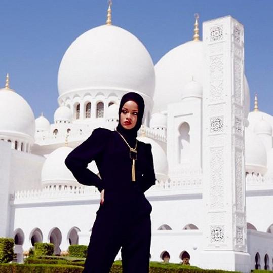 Rihanna pózovala před mešitou.