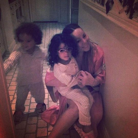 Zpěvačka se často chlubí svými roztomilými dětmi.