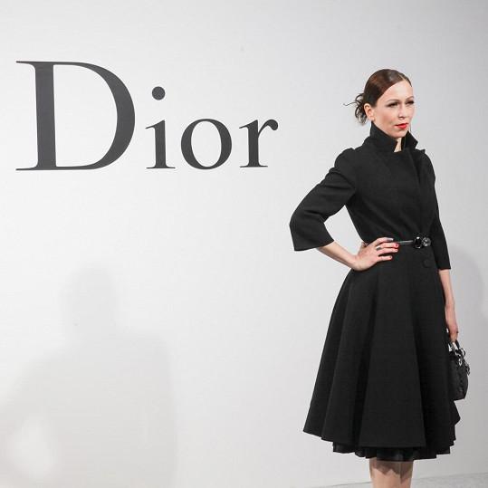 Zuzana Stivínová si na přehlídku oblékla černý kabát Dior protnutý v pase, který doplnila ikonickou černou kabelkou Mini Lady Dior a botami stejné značky.