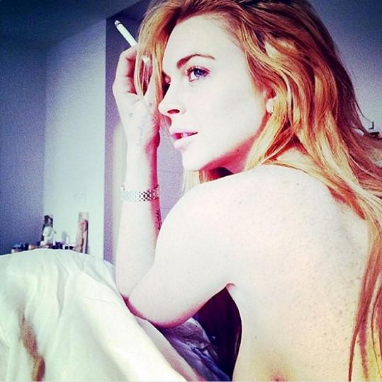Lindsay a její cigaretka v posteli...
