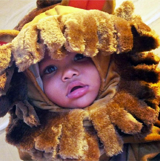 Modelčin roztomilý syn Sebastian v halloweenské masce