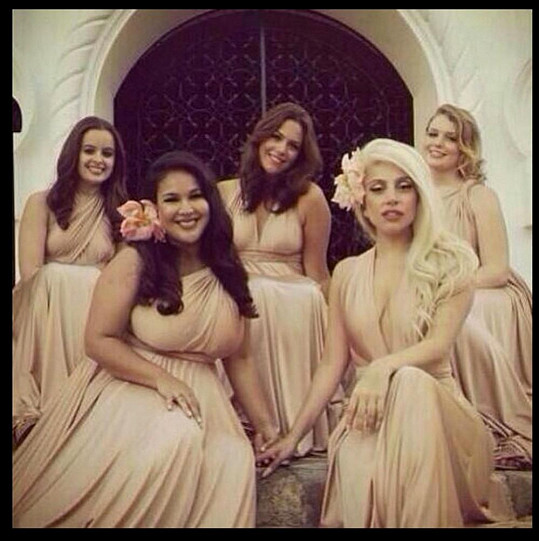 Lady Gaga s ostatními kamarádkami na fotografii ze svatby