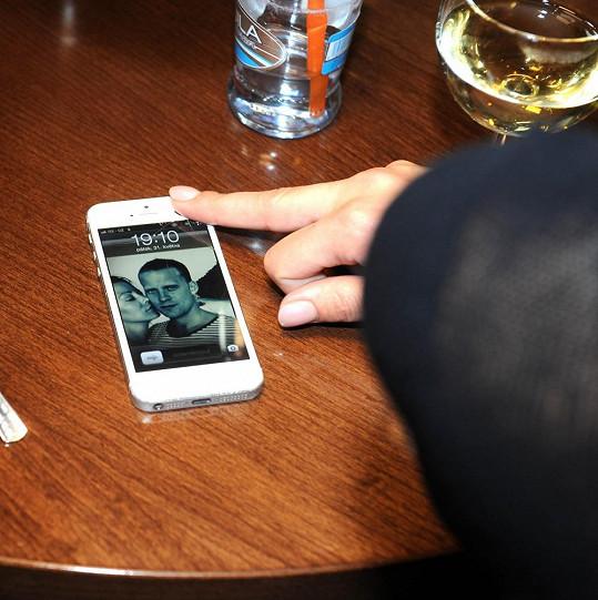 Na mobilu má tapetu se svým manželem Prachařem.