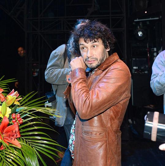 Pavel Liška se během focení po představení držel stranou.