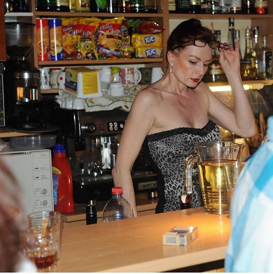 Karleszová provozuje bar v Divadle Broadway.