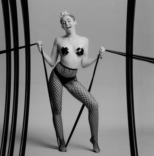 Miley toho na sobě opět moc nemá.