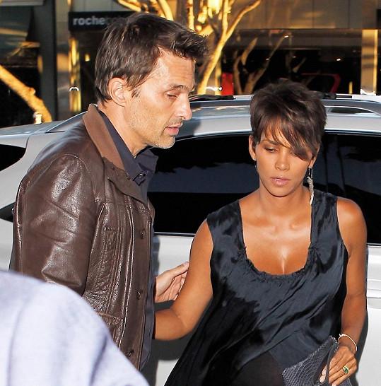 Halle Berry vyrazila s manželem do restaurace.