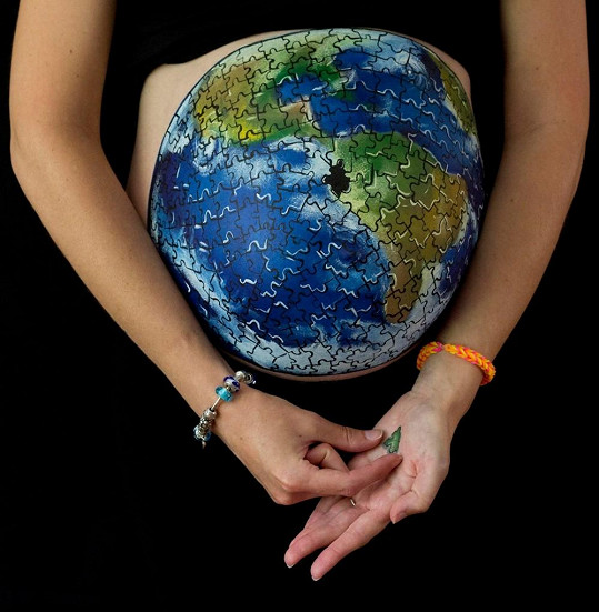 Těhotenské bříško se proměnilo v zeměkouli.