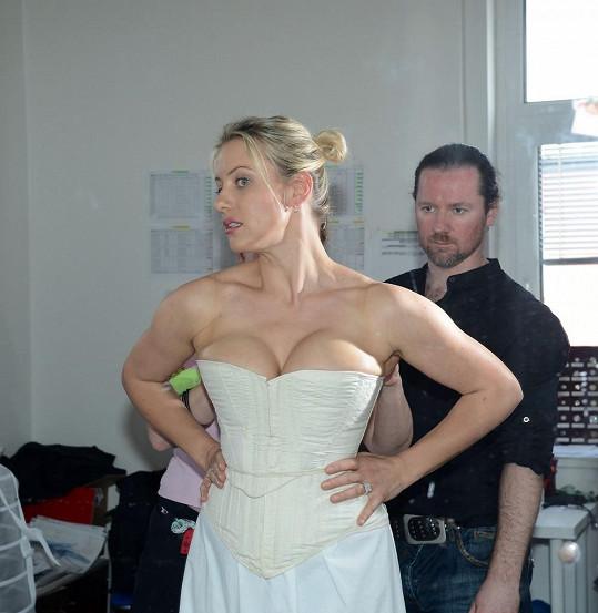 Tereza na zkoušce kostýmu pro Fantoma opery. Prý do něj klidně může otěhotnět.