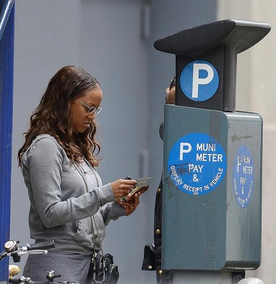 Modelka zápasila s parkovacím automatem.