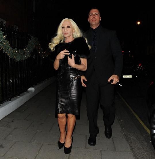 Versace dorazila na párty v doprovodu mladého muže.