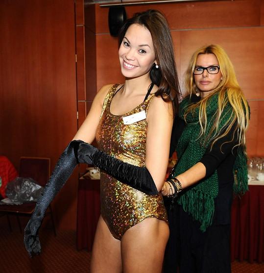 Stylistka Zuzana Straková obléká modelce zlatý kostým.