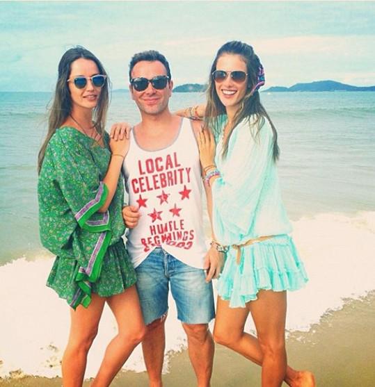Alessandra (vpravo) s přáteli na pláži v Brazílii.