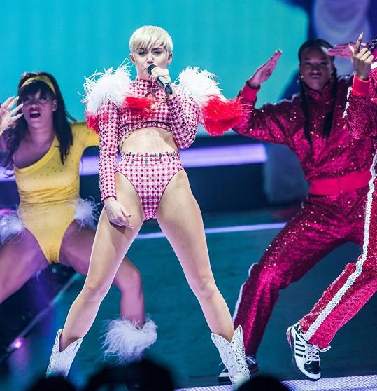 Miley Cyrus si prý pomáhá čtecím zařízením.