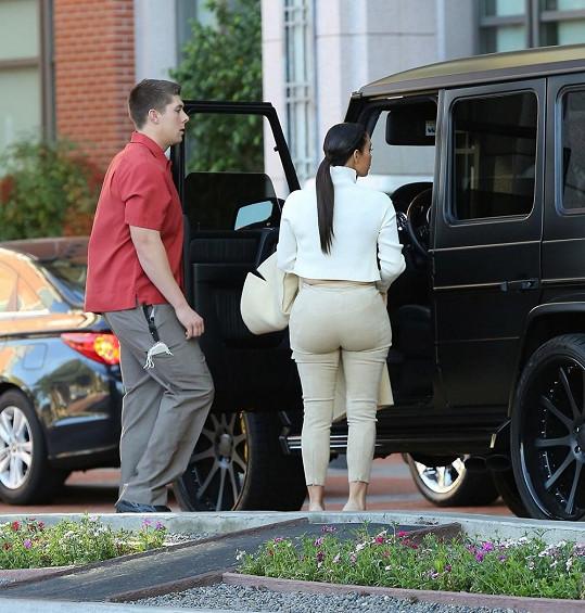 Kim Kardashian míří na pracovní schůzku.