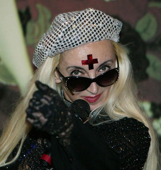V tomto modýlku vypadá jak Lady Gaga po reinkarnaci.