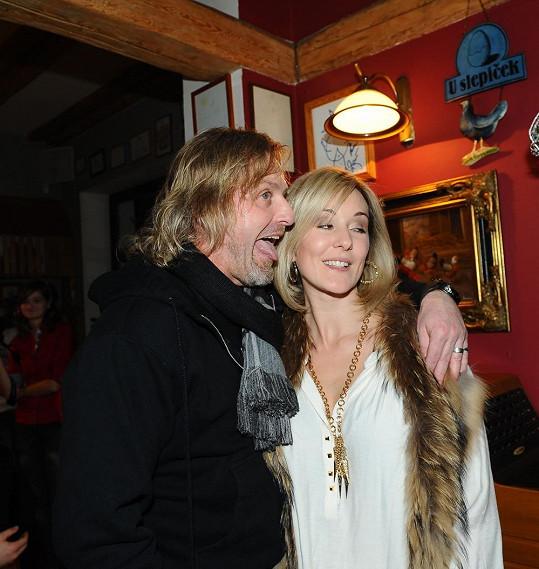 Pepa s manželkou Jovankou na vánočním muzikálové párty.