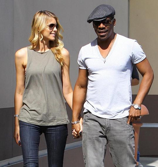Eddie je stále švihák a se svou mnohem mladší partnerkou drží krok.
