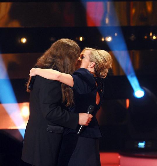 Bára Basiková a Petr Kolář rozjeli na pódiu vinohradského divadla pořádnou líbačku.