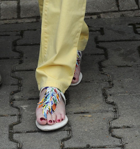 Iveta měla zajímavou obuv s třásněmi.