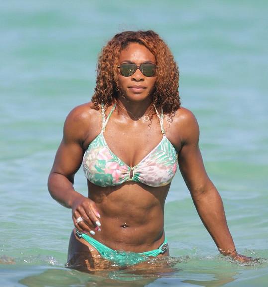 Serena Williams předvedla své tělo na pláži v Miami.