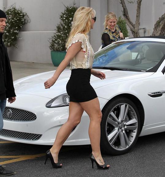 Britney a její vysportované nožky.