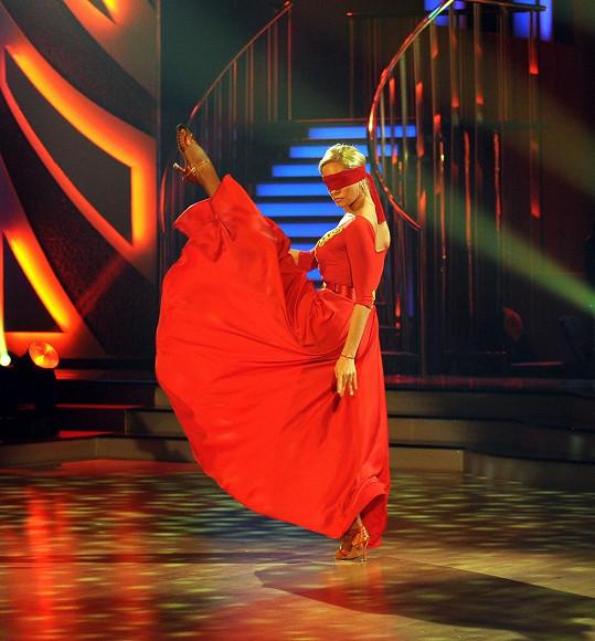Taťána Kuchařová měla přes oči pásku a tančila poslepu.