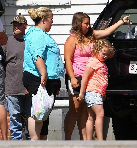 Alana s matkou a sestrou u jejich vozu