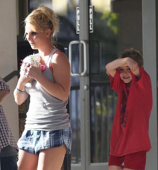 Britney v podivných šortkách.