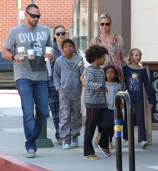 Modelka se svými dětmi a partnerem Martinem Kristenem