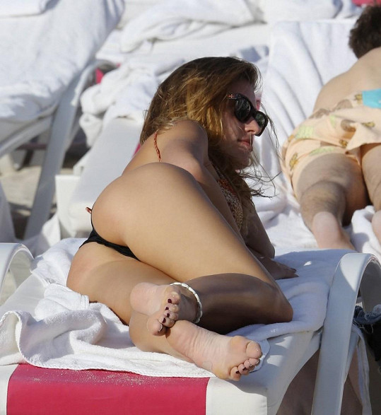 Italská modelka a herečka se opalovala ze všech stran.