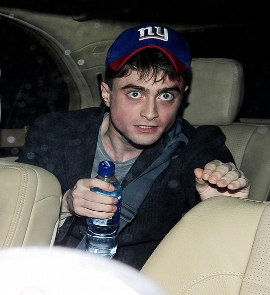 Daniel Radcliffe na snímcích, na nichž zcela střízlivě nevypadá.