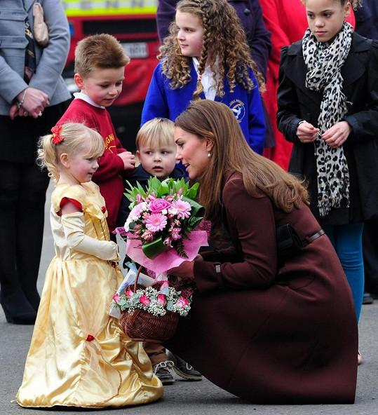 Vévodkyně navštívila muzeum Fishing Heritage Centre v Grimsby, kde na ni opět čekaly stovky lidí.