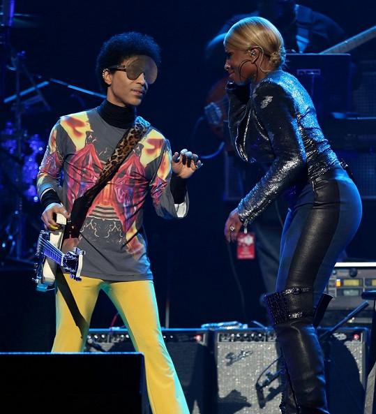Zpěvák při loňském vystoupení s Mary J. Blige.