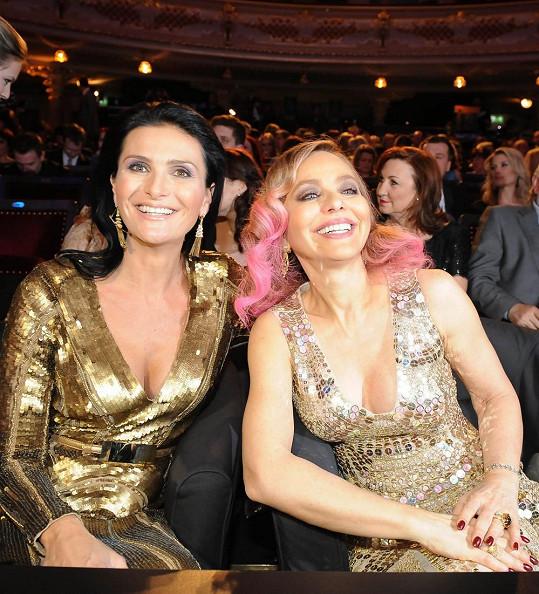 Žijící symbol krásy a elegance Ornella Muti se blýskla při své poslední návštěvě Prahy na finále České Miss 2013 podobným účesem.