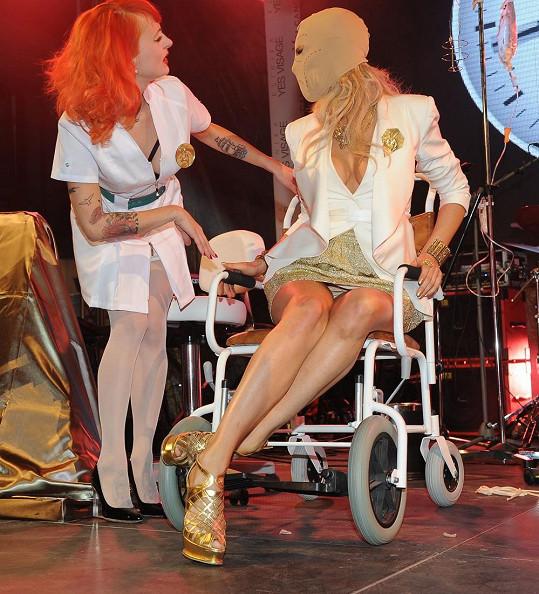 Modelka se pak zapojila do show, prezentovala lifting obličeje.