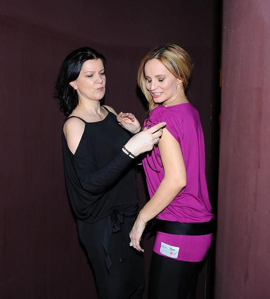 Návrhářka Taťána Kovaříková opět vytvořila triko na pochod proti rakovině prsu a Monika ho poprvé veřejně odprezentovala.
