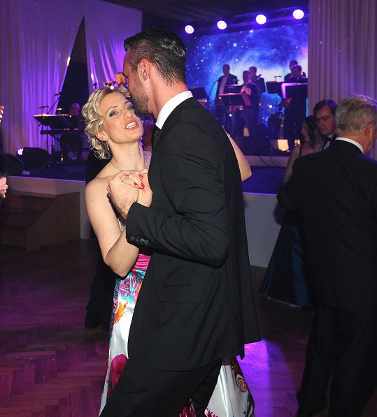 To ale netušil, že budou tančit téměř líčko na líčko.
