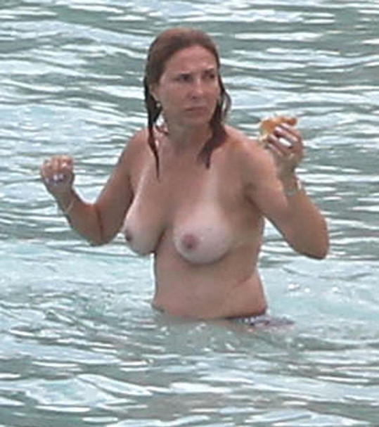 Dvaapadesátiletá milionářka na dovolené v Karibiku.