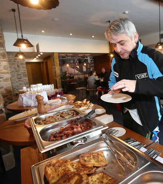 Hned po ranní lyžovačce si Suchánek vychutnal vydatnou snídani.