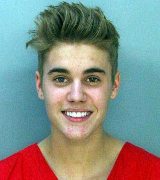 Vysmátý Bieber na policejním snímku