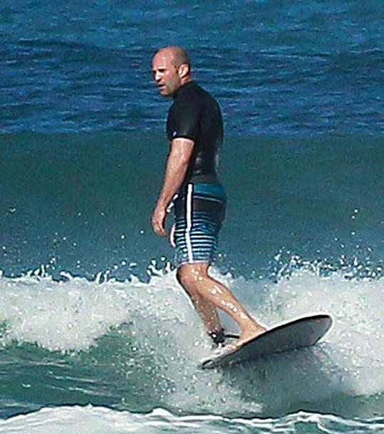 Herec je na moři se surfem jako doma.