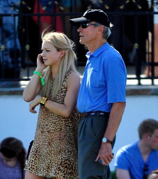 Na festival Coachella ji doprovodil táta Clint.