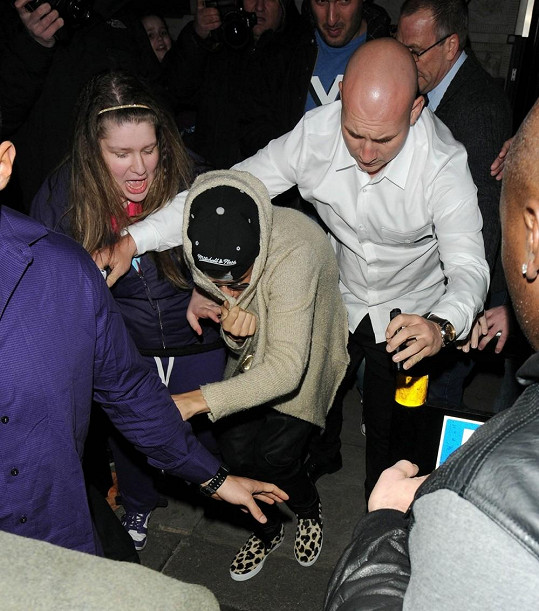 Justin se brání před fanoušky.
