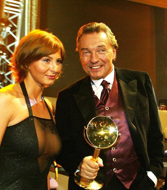 Ivana Gottová se na ceny TýTý 2004 oblékla do odvážných šatů.