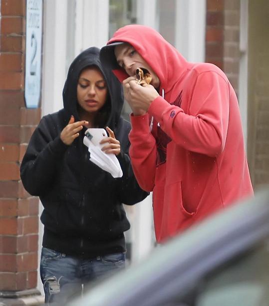 Ashton Kutcher a Mila Kunis zkusili v Londýně rychlé občerstvení.
