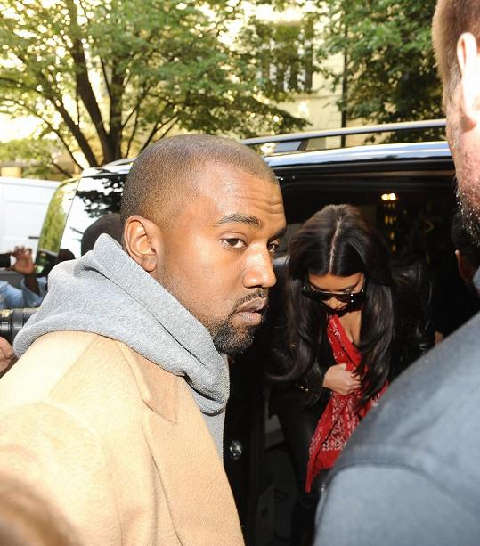 Vzácný okamžik, kdy Kim odahlila dekolt.