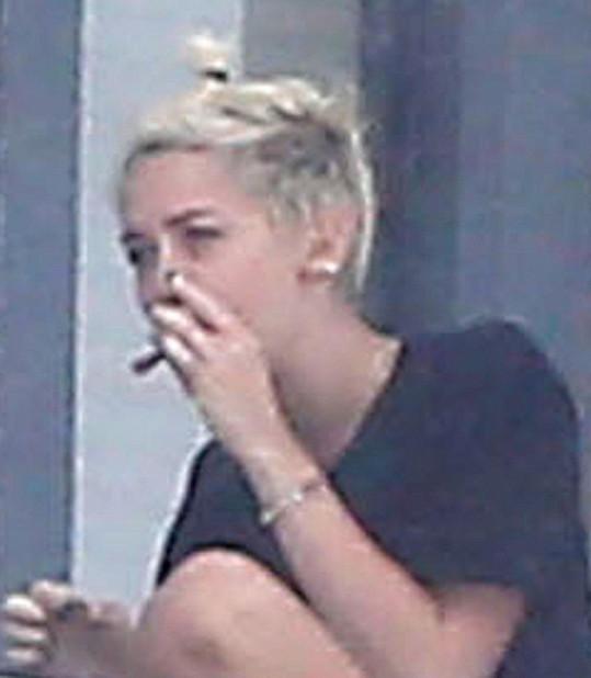 Detail zpěvačky s jointem u úst.