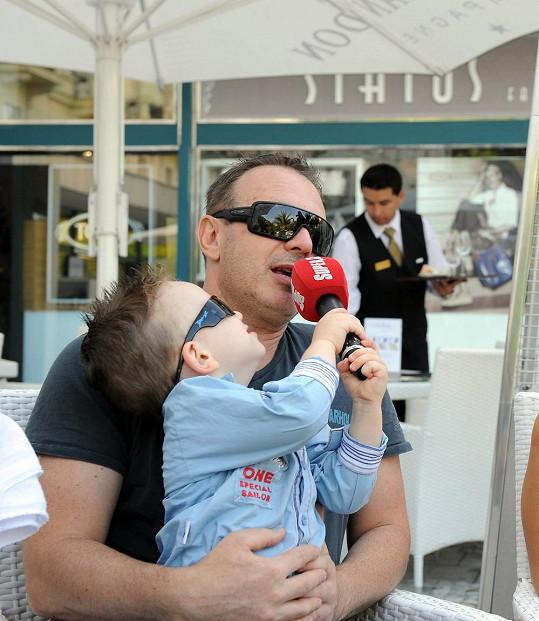 Michal Dvořák se synem Michálkem, který si oblíbil mikrofon Super.cz.