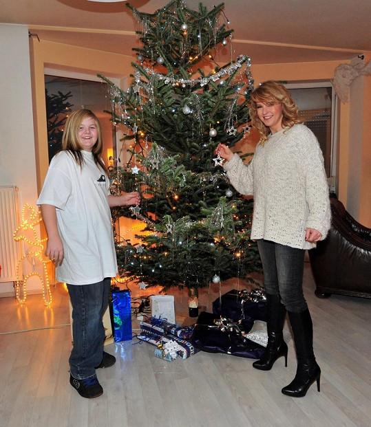 Artur u vánočního stromečku